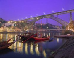 "Photo: Porto with Rabelo boats Source: ""Wines of Portugal"" und regionale Winzerverbände!"