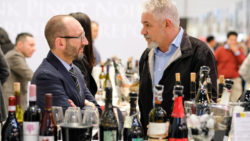 Photo: Trade fair visitor and exhibitor at ProWein